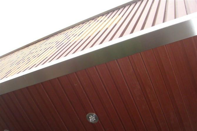 生态木店面招牌背景墙总给人一种回归自然的清新舒适感,木制材料通过雕刻与喷漆可制作别具一格的招牌背景墙,超真写实外观给人一种舒适的视觉效果,吸引眼球的同时还能缓解人们的视觉疲劳。生态木这种新颖的招牌装饰已经被越来越多的朋友喜爱,我们比较熟悉的星巴克招牌背景就是使用生态木背景,本文,广美标识就要和大家具体聊聊生态木店面招牌背景墙。 一、超真实:回归自然 生态木产品外观自然美观、优雅、别致,具有实木的木质感与自然纹理,有回归大自然的朴实感觉,可通过不同的设计形态,设计出体现现代建筑美感和材料设计美学的独特效果。